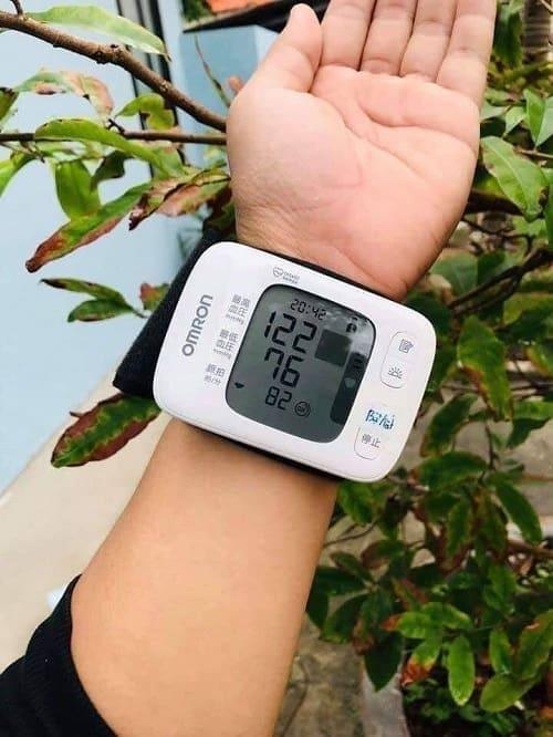 Review máy đo huyết áp Omron Hem 6230-4